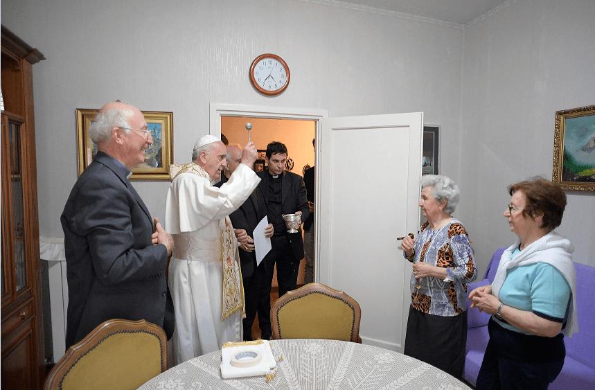 El papa Francisco bendice un hogar en la localidad costera italiana de Ostia