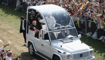 El papa Franciso a bordo del papamovil