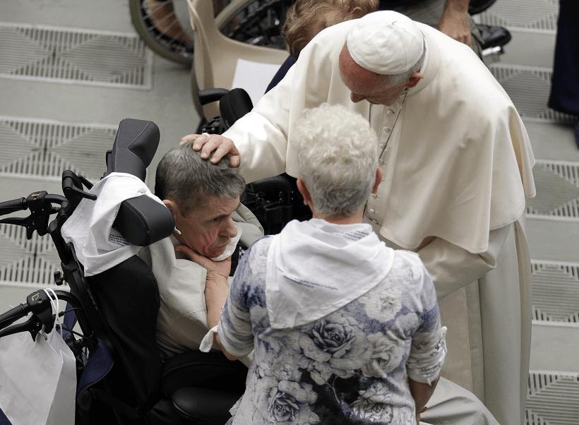 El papa saluda a un enfermo del mal de Huntington en el Vaticano