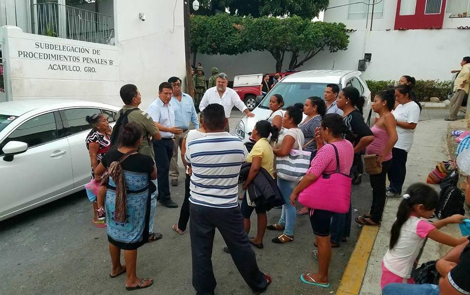 El presidente municipal de Zihuatanejo se reune con familiares de detenidos