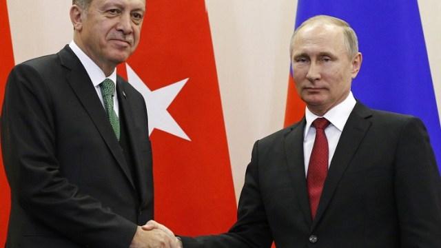 El presidente ruso Vladimir Putin estrecha la mano con su homólogo turco Tayyip Erdogan (Reuters)