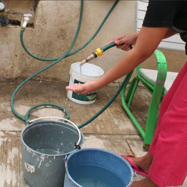 personas en coatzacoalcos forman fila para obtener agua