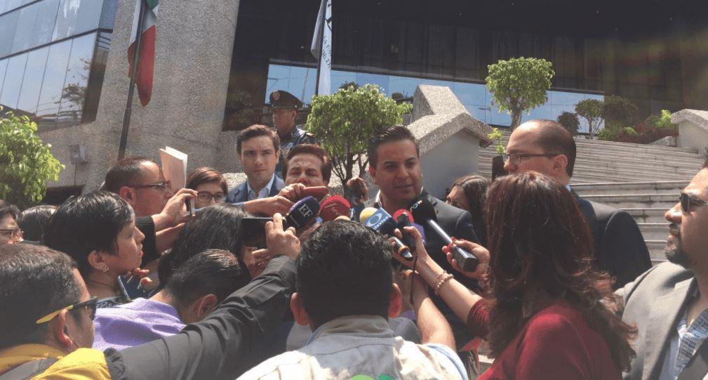 El secretario general del PAN, Damián Zepeda, durante su salida de la Fepade (Twitter: @damianzepeda)