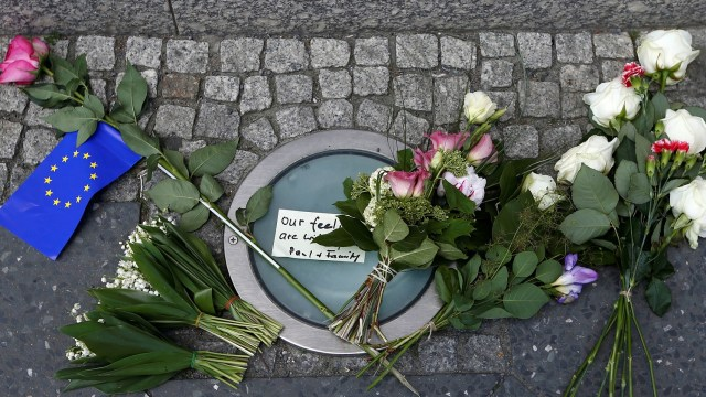 Flores como un homenaje para las víctimas del atentado en el Manchester Arena (Reuters)