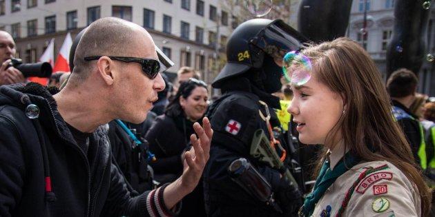 La chica que enfrentó a neonazi, una imagen que se volvió viral