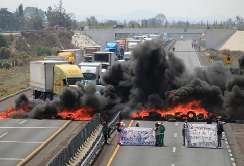 Habitantes de Palmarito Tochapan bloquean la autopista Puebla-Orizaba
