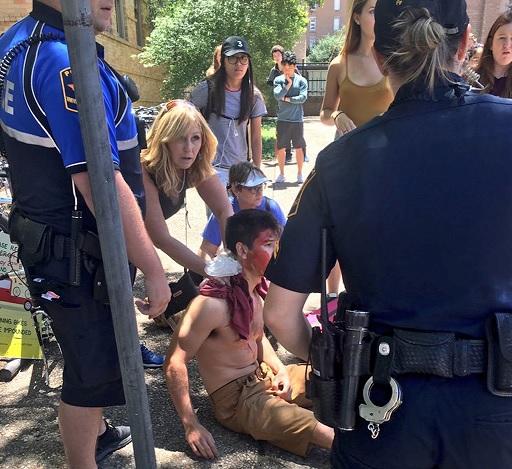 Una persona recibe primeros auxilios en la Universidad de Texas (AP)