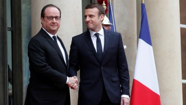 El expresidente Francois Hollande saluda al nuevo mandatario francés, Emmanuel Macron, en el Palacio del Elíseo, en París, Francia (Reuters)
