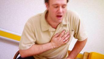 Hombre teniendo un infarto Imagen referencial