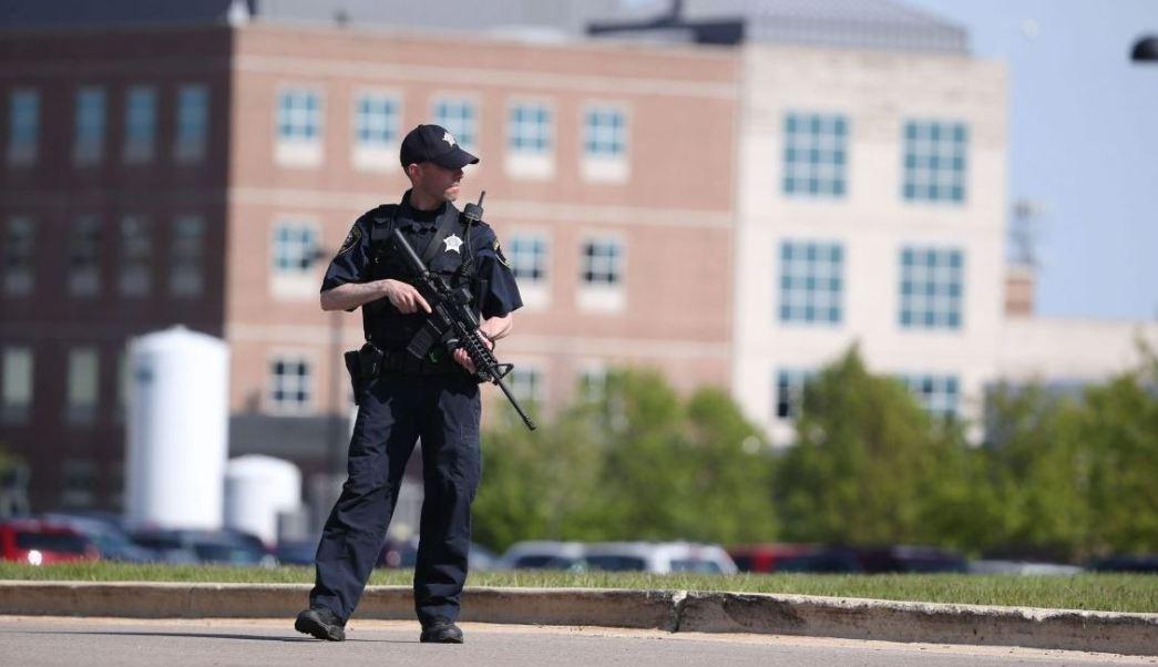Un equipo SWAT ingresó al Hospital Delnor en la ciudad de Geneva (AP)