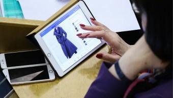 Mujer compra en linea un vestido