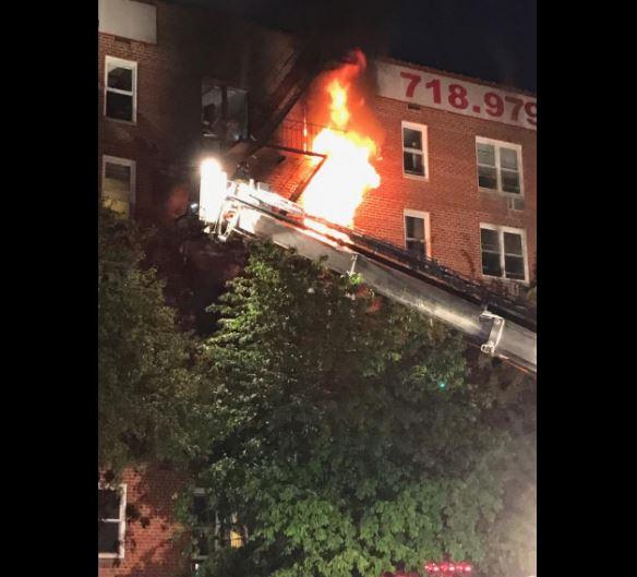 Incendio en edificio de apartamentos deja 15 heridos en Nueva York