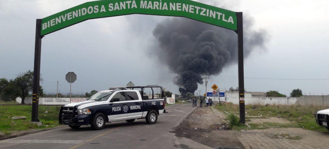 Pemex atiende incendio provocado por toma clandestina en Acajete, Puebla