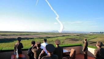 El líder norcoreano Kim Jong Un supervisa armas antiaéreas (Reuters)