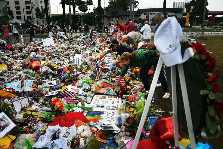 Velas y flores para victimas de matanza en Orlando