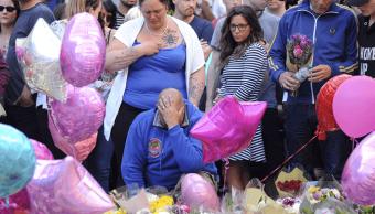 La madre y el padrastro de una de las víctimas, Olivia Campbell, de 15 años, rinden homenaje a las víctimas