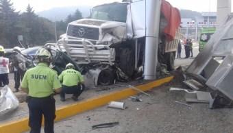 Un camión sin frenos embistió un auto particular y chocó contra la caseta Marquesa-Lerma (Twitter @ApoyoVial)