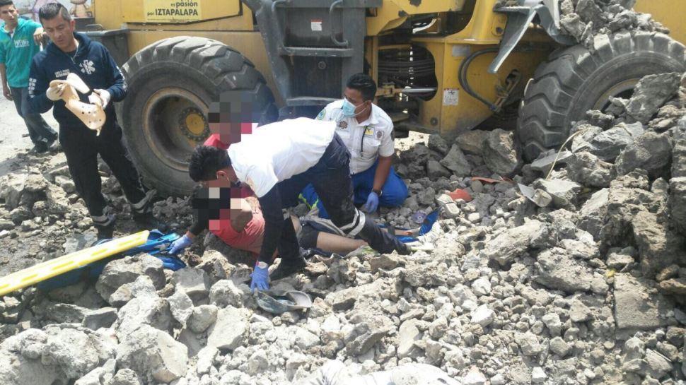 Autoridades auxilian a una persona lesionada por derrumbe