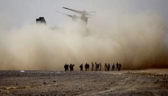 Marines estadounidenses llegan en un helicóptero al desierto de Jebel Petra, para las maniobras militares Eager Lion. (AP/archivo)