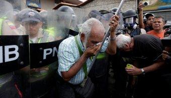 Marchan adultos mayores en calles de Venezuela
