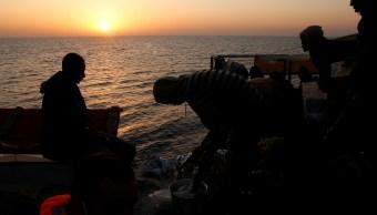 Inmigrantes después de ser rescatados de un bote de madera en el Mediterráneo (Reuters)