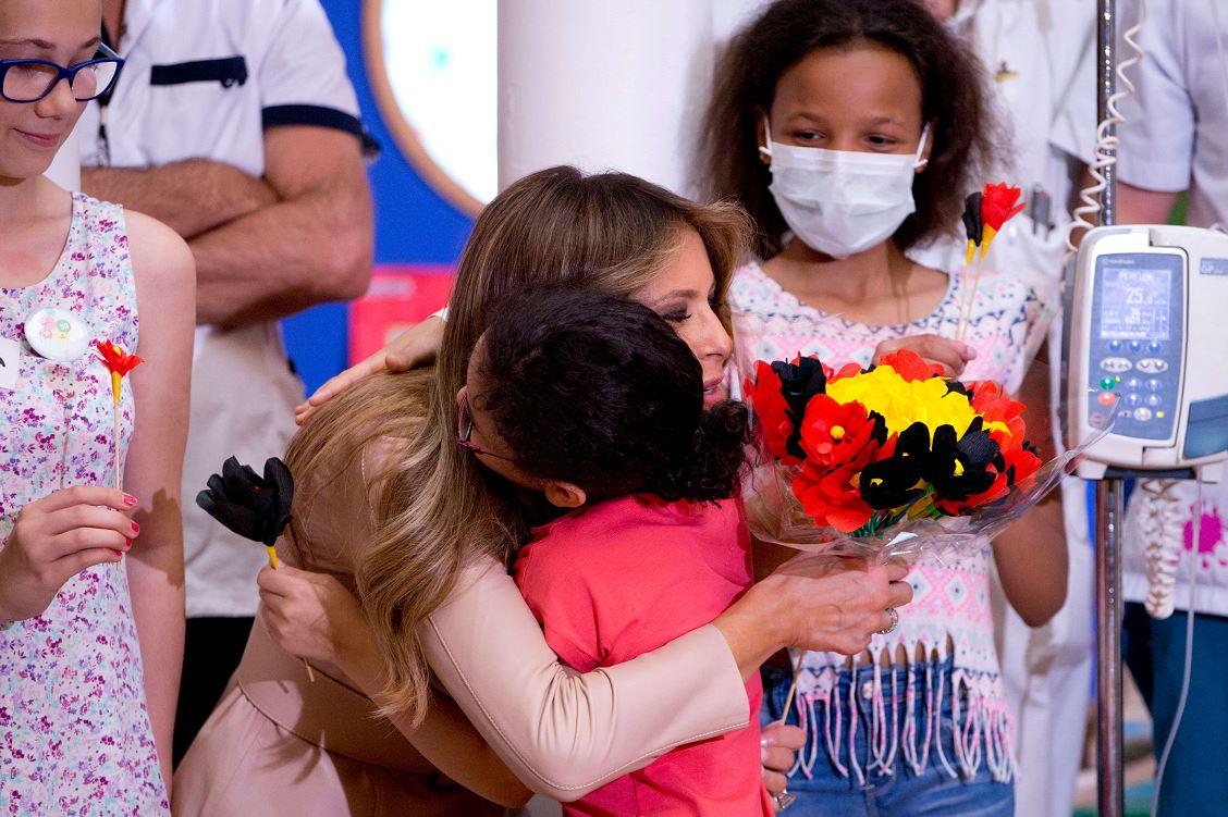 Melania Trump recibe flores en hospital de Bruselas