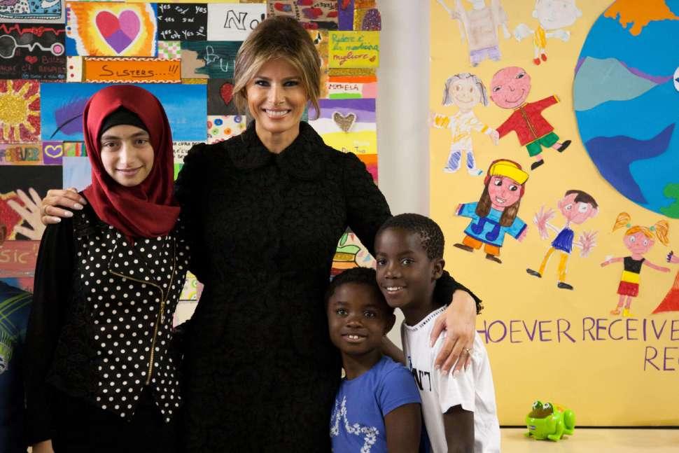 Melania Trump se toma fotos con niños de un hospital de Roma