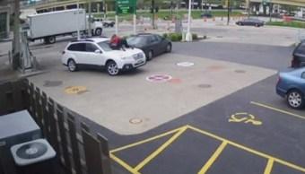 El momento dramático de una mujer de 28 años para evitar el robo de su auto: (Foto: Youtube)
