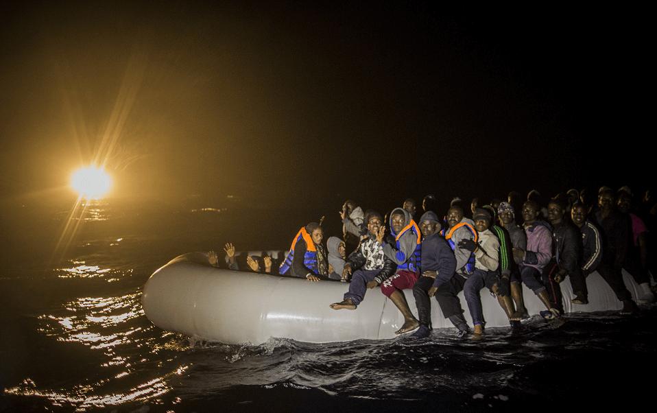 Migrantes en lanchas de goma en el Mediterráneo