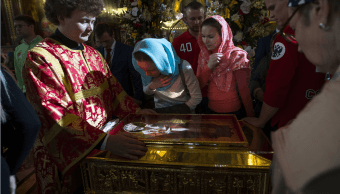 Rusos veneran la reliquia de San Nicolas