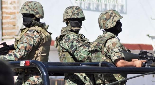 Militares durante un enfrentamiento en el poblado 'El Dorado', en Culiacán