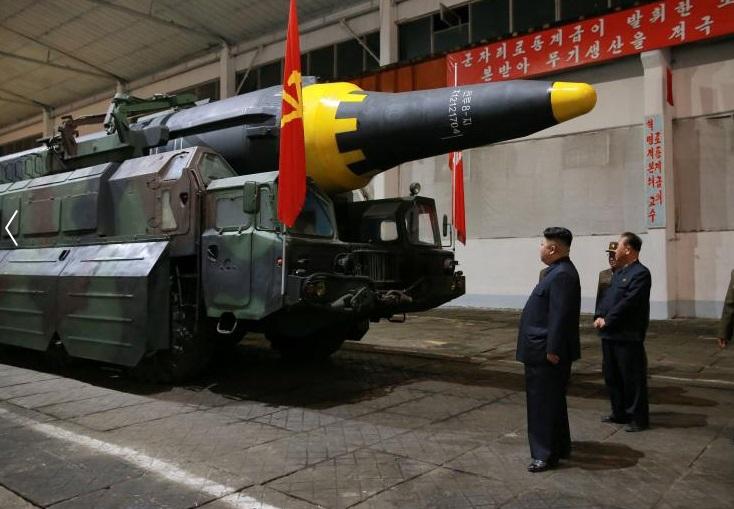 El líder norcoreano Kim Jong Un inspecciona el misil balístico Hwasong-12 (Marte-12) (Reuters)