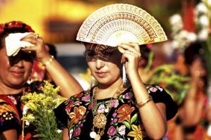 Mujeres en el Istmo visten traje de tehuana