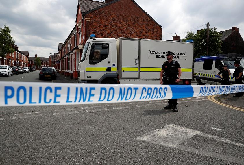 Agentes de policía realizan un operativo y acordonan una zona en Manchester, Gran Bretaña (Reuters)