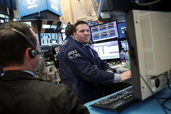 Operadores trabajan en la Bolsa de Nueva York.