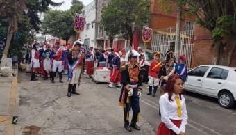 Hombres con atuendos franceses bailaron por las calles de la colonia Peñón de los Baños. (@barbiecultura)