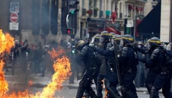 Policías antidisturbios durante marcha sindical en París (Reuters)