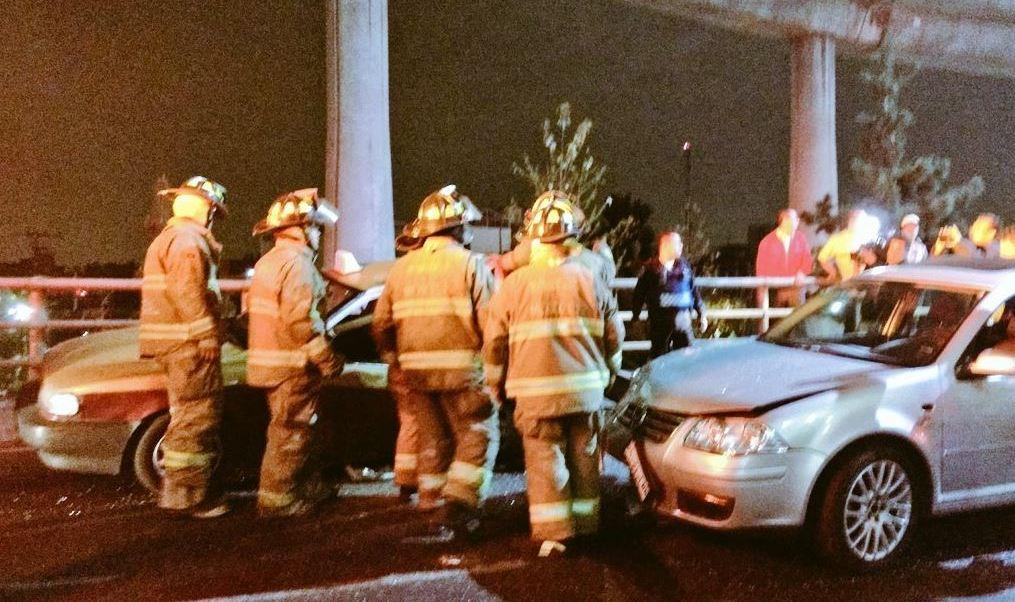 Un taxi sufre severos daños durante un choque en Periférico (Twitter @alertasurbanas)