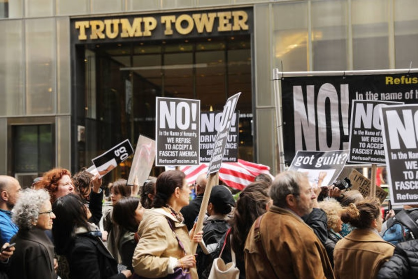 Manifestantes se reúnen fuera de Trump Tower (Getty Images)