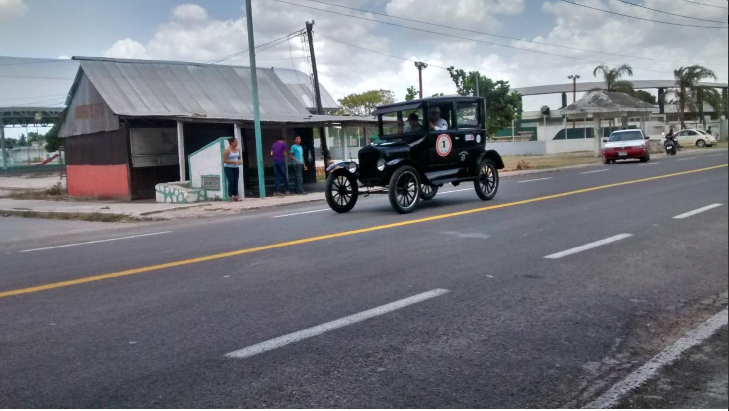 Auto participa en carrera sobre la peninsula de yucatan