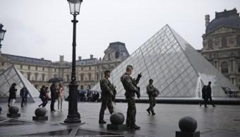Soldados patrullan el patio del Museo del Louvre en París, Francia (AP)