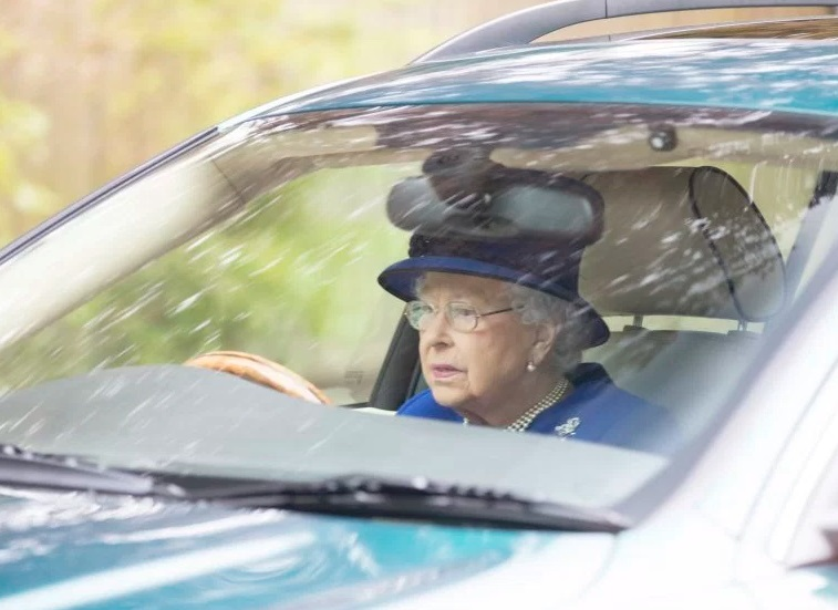 Reina Isabel II es captada conduciendo un Jaguar