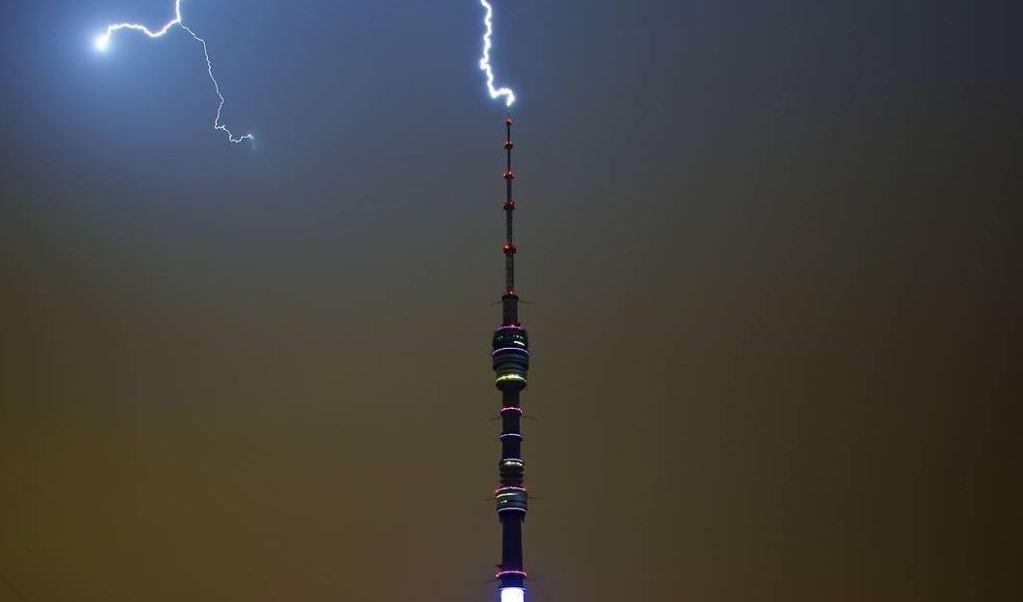 Relampago en la torre de Ostankino TV en Moscu
