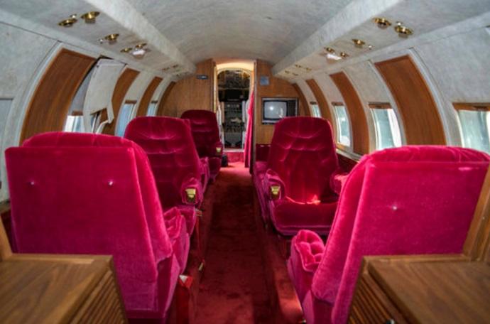 El interior fue diseñado por Elvis Presley con asientos rojos del terciopelo (AP)