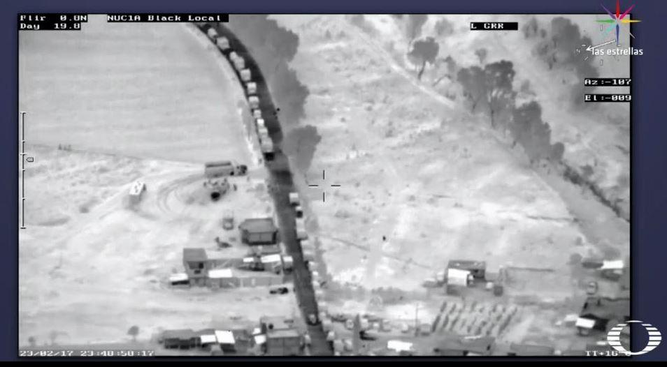 Toma aérea de una fila de camiones que cargan combustible robado