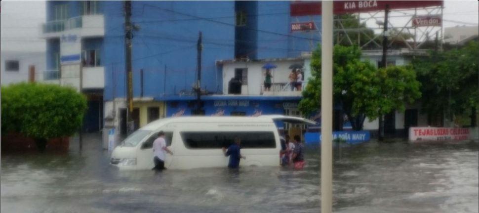 Vechiculo no logra avanzar por el agua en Veracruz