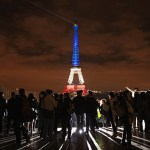 Torre Eiffel iluminada por víctimas de terrorismo