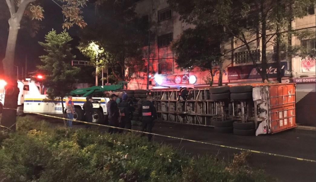 Autoridades atienden volcadura de trailer