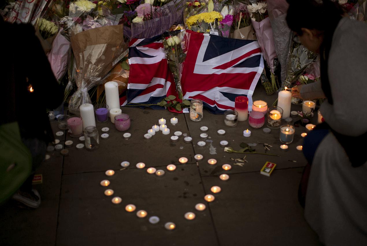 https://i0.wp.com/noticieros.televisa.com/wp-content/uploads/2017/05/una-bandera-britanica-luce-enmedio-de-flores-y-velas-en-honor-de-las-victimas-del-atentado-en-el-manchester-arena-ap-1.png