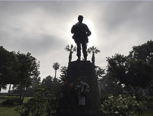 Una estatua dedicada a los 'defensores de la Unión' se aprecia en Pasadena, California